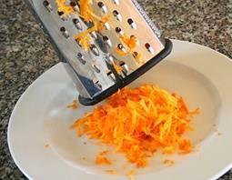 Очищаем морковь от кожи, моем в холодной воде и натираем на терке.