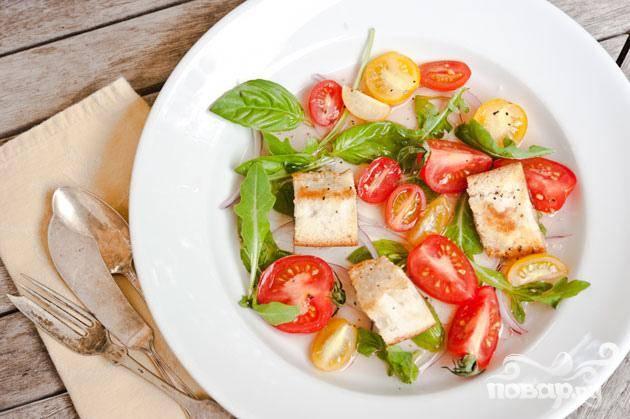 Салат с хлебом и помидорами