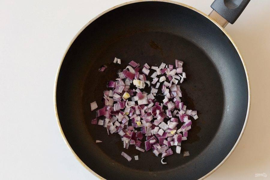 Нарежьте лук на кубики и обжарьте до мягкости.