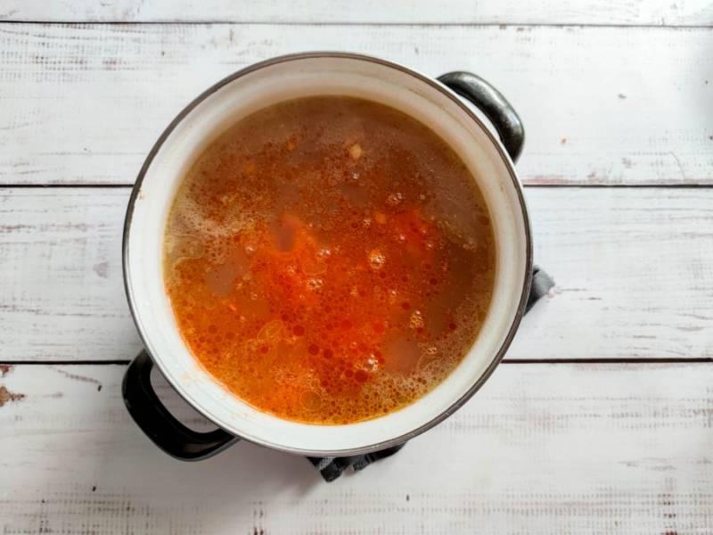 В бульон выложите нарезанный картофель, промытый рис, обжаренные овощи, хорошо перемешайте и варите на среднем огне 20-25 минут.