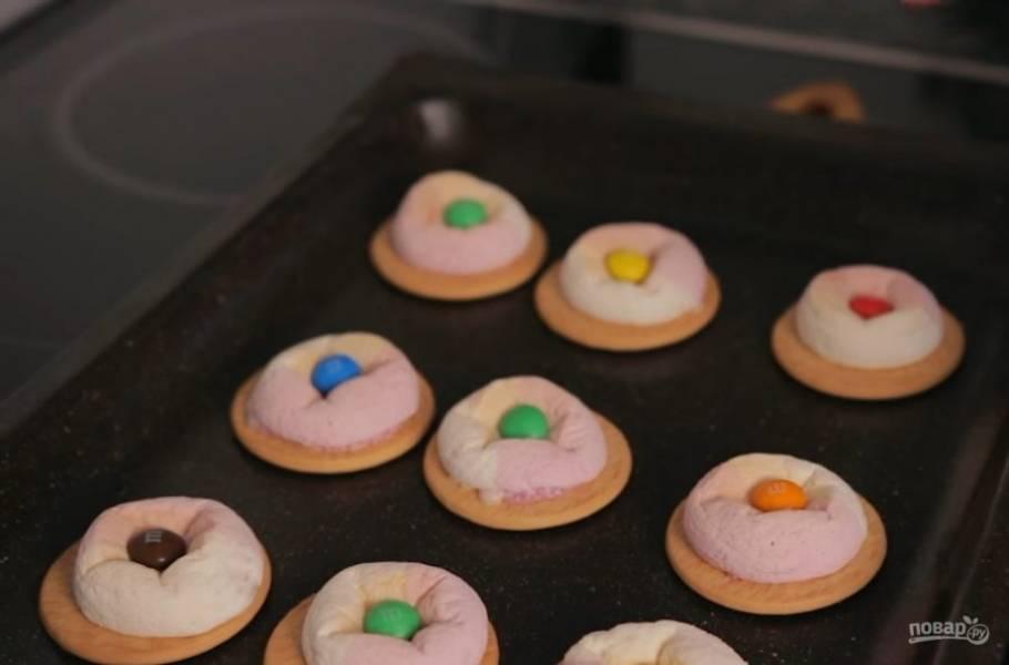 3. Выпекайте, пока маршмеллоу не расплавится. Выньте печенье из духовки и разложите сверху конфеты M&M's.