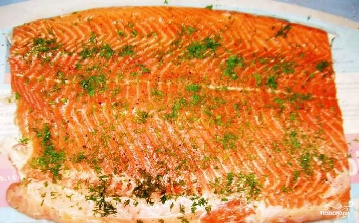 Натираем рыбу солью и перцем, посыпаем укропом.