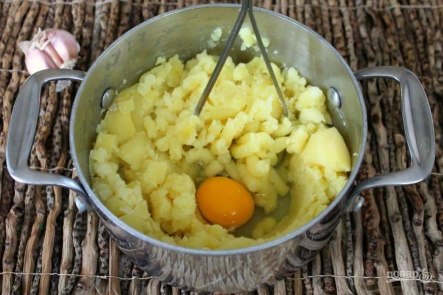 Толчем картофель, добавим яйцо и соль.