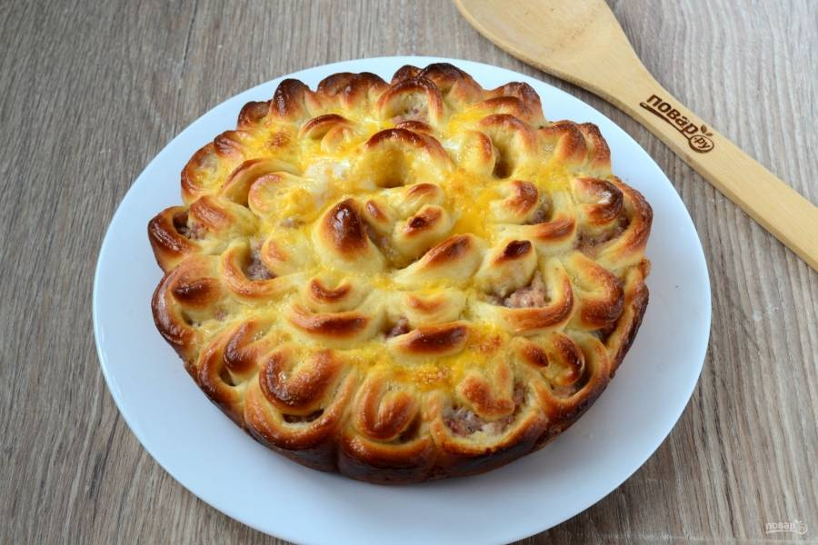 """Мясной пирог """"Хризантема"""" готов. Можно кушать его горячим. Приятного аппетита!"""