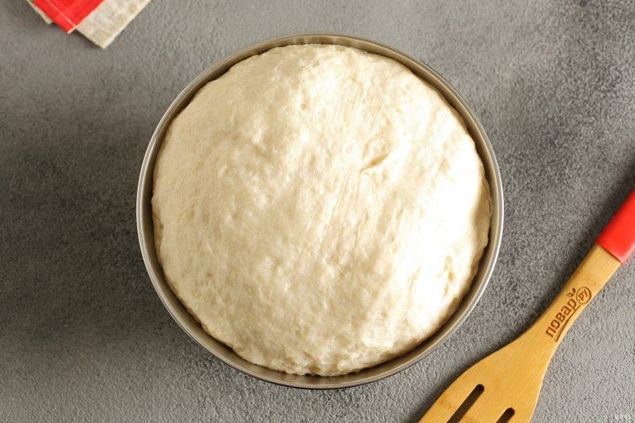После расстойки достаньте тесто из духовки.  Уберите полотенце и дайте полежать еще 15 минут.