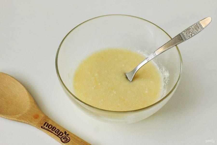 Мягкое сливочное масло соедините с сахаром, разрыхлителем, ванилином, солью и яйцом.