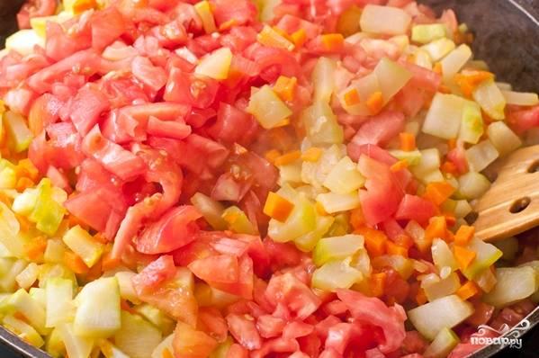 4.Помидоры моем, делаем крестообразные надрезы и обдаем кипятком, выдерживаем 1-2 минуты и снимаем кожуру, нарезаем его небольшими кусочками и добавляем на сковороду к остальным овощам.