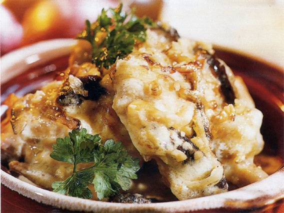 4. Мясо по такому рецепту получается очень вкусным и очным, а чернослив придает ему особую пикантность.