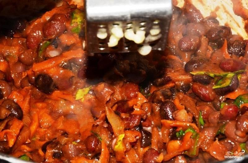 4.Чистим чеснок и измельчаем его через пресс или натираем на мелкой терке прямо в сковороду, перемешиваем и тушим еще 2-3 минуты. После этого выключаем огонь и подаем блюдо.
