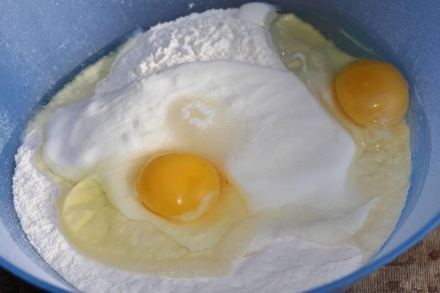 Теперь приступим к тесту, просеиваем в глубокую миску муку, добавляем сметану, яйца, сахар и соль.