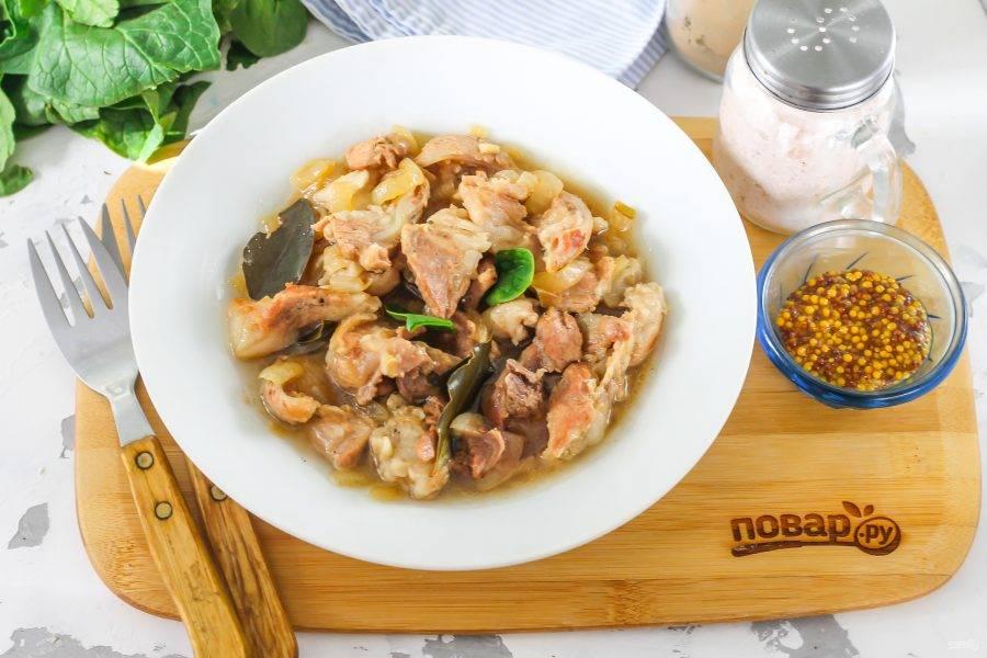 Выложите горячее блюдо в тарелки и подайте с любым гарниром из круп, овощей, макарон.