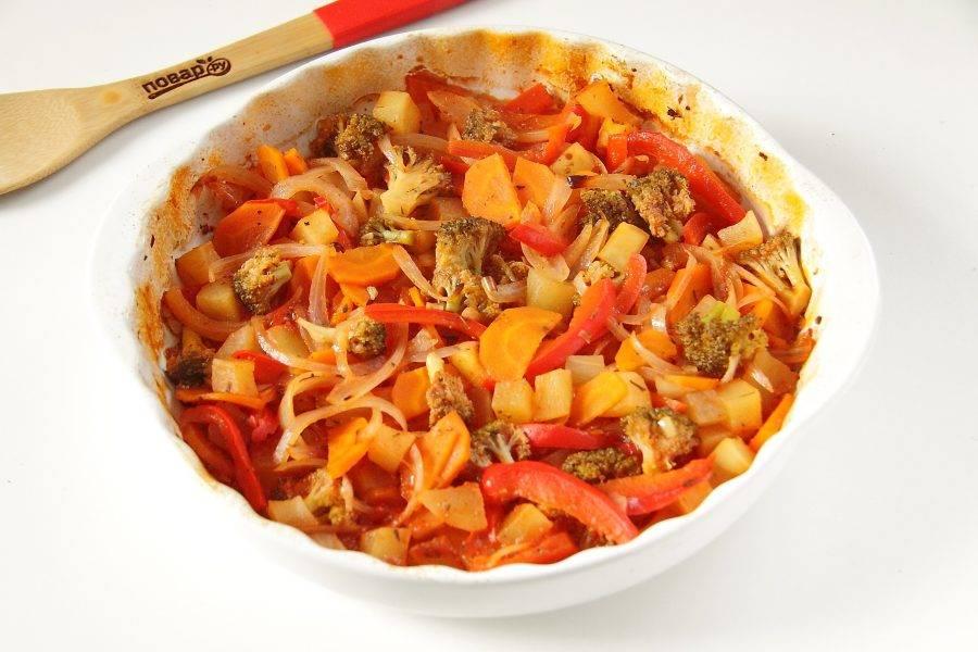 Как только овощи в томатном соке будут готовы, достаем их и аккуратно, чтобы не обжечься, снимаем фольгу. Кладем на тарелку гарнир и сверху выкладываем запеченные овощи.