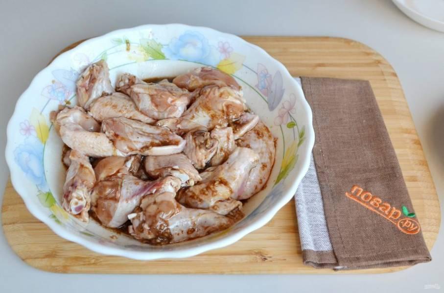 3. Положите крылышки в маринад, перемешайте. Накройте крышкой или пленкой и уберите в холодильник на 30 минут.