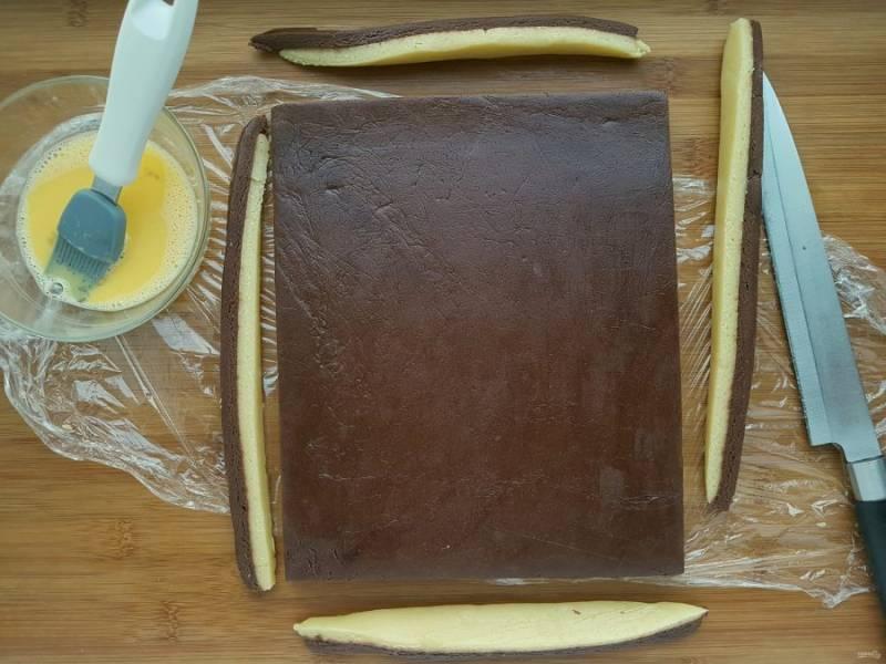 Острым ножом подравняйте края теста. Переложите тесто на доску и отправьте в морозильную камеру на 15 минут.