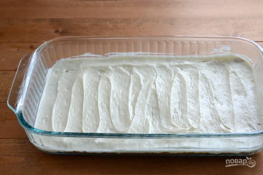 Затем распределите крем на остывшее тесто.