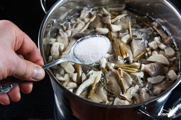 Ставим кастрюлю на огонь и, как только вода закипит, нам необходимо добавить в нее соль и сахар.