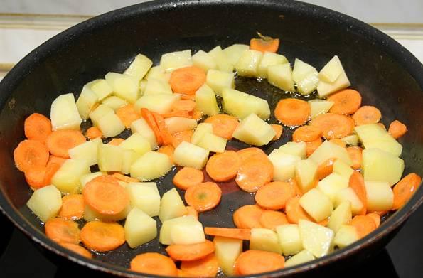 7. На сковороду налить немного масла и отправить туда картофель с морковью.