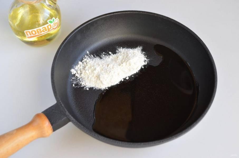 3. На второй сковороде обжарьте столовую ложку муки на ложке растительного масла до золотистого цвета.