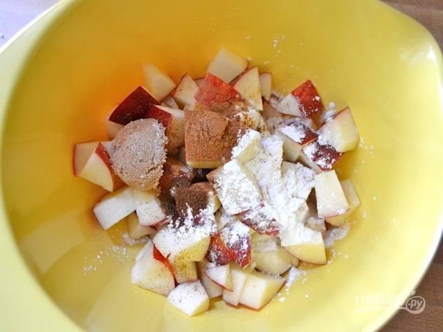 2.В миску выложите яблоки, добавьте лимонный сок, 0,5 чайной ложки корицы, крахмал, лимонный сок, перемешайте.
