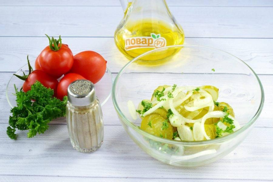 2.Огурцы нарежьте колечками, лук —  тонкими кольцами. Заправьте растительным маслом, поперчите по вкусу, перемешайте.