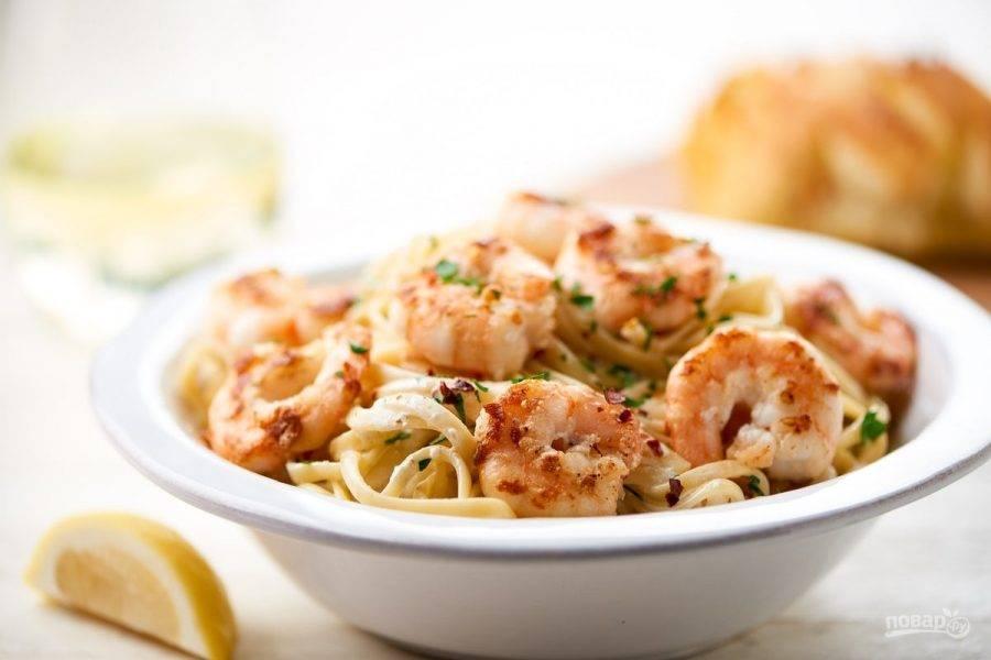 5. Перед подачей в глубокую тарелку выложите лингвини. Сверху разложите креветки в соусе, а рядом подавайте чиабатту. Приятного аппетита!