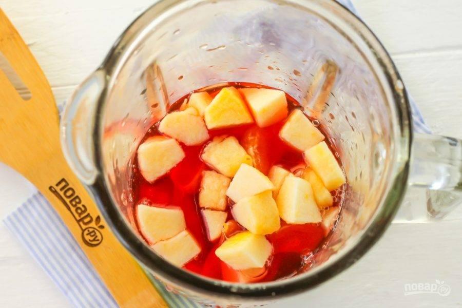 Влейте в чашу гранатовый сок - его можно приобрести в любом магазине или супермаркете. Можете заменить гранатовый сок любым другим ягодным или фруктовым.