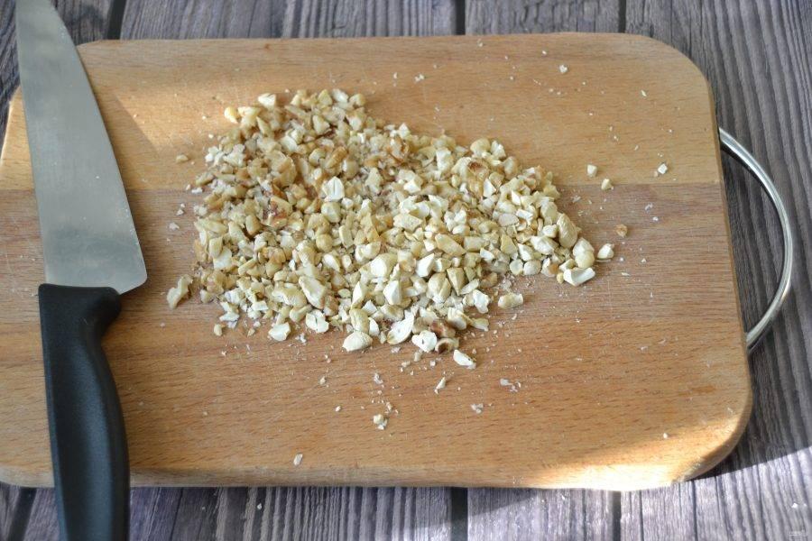 Измельчите орехи (кешью, грецкие), но не очень мелко, чтобы оставались небольшие кусочки.