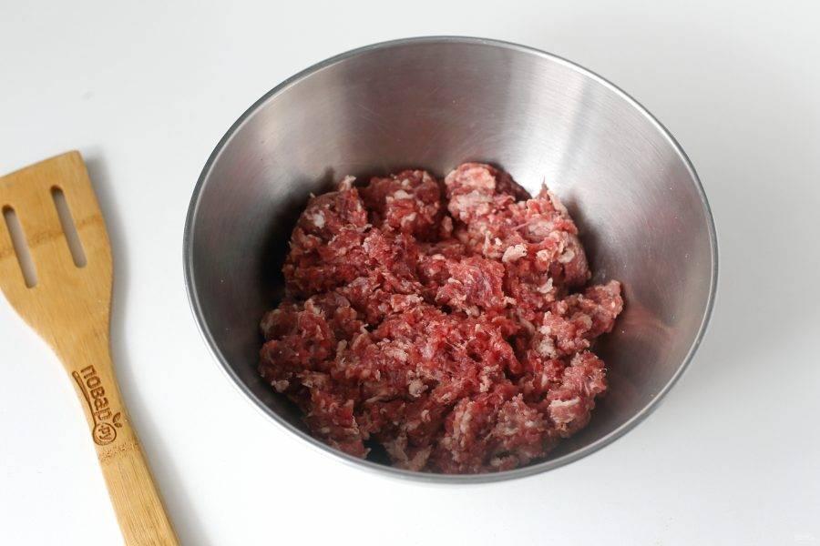 Если у вас уже готовый фарш, переложите его в миску. Если используете свежую мякоть говядины, то измельчите ее при помощи мясорубки. Чтобы котлеты не получились суховатыми, я дополнительно добавляю небольшой кусочек перекрученного сала. Если сала нет, то можно добавить для сочности 1-2 ст.л. майонеза.