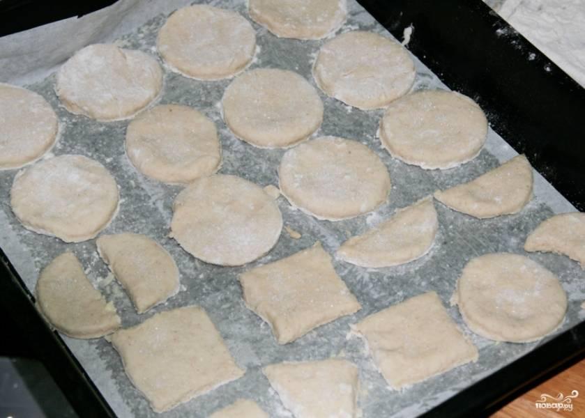 Готовые фигурки выкладываем на противень, застеленный бумагой для выпекания. Бумагу промазываем сливочным маслом. Фигурки посыпаем сахаром. Ставим противень выпекаться в разогретую до 220 градусов духовку на 15-25 минут.