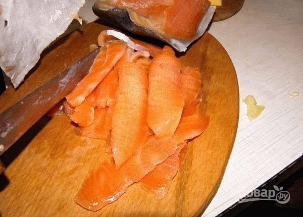 Рыбу нарежьте тонкими слайсами.