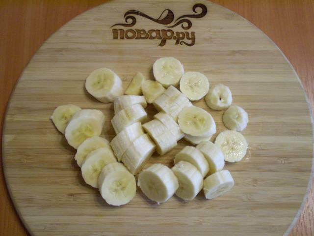 2. Чистим бананы и режем на кусочки.
