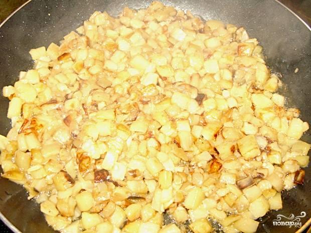Поставьте вариться куриную грудку, морковь и яйца. Тем временем, почистите и порежьте баклажаны маленькими кубиками. Потушите их до полной готовности. Посолите и поперчите по вкусу.