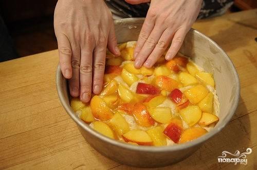Затем сверху выкладываем персики, стараясь аккуратно вдавливать их в тесто. Затем отправляем пирог из персиков выпекаться в предварительно разогретую до 170 градусов духовку примерно на 45-55 минут.