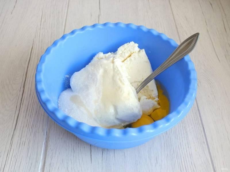 Пока расстаивается тесто приготовьте начинку. В чаше смешайте 500 грамм творога, 90 грамм сахара и 2 яйца.