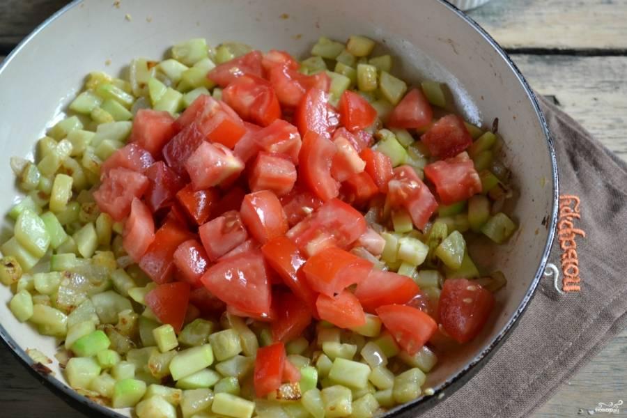 Крышку уберите, добавьте в сковороду порезанные помидоры, тушите до испарения жидкости.