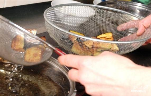 Положим баклажаны полежать в посоленную воду на минут 20, потом быстро обжарим на масле (и на большом огне) около 2-3 минут.