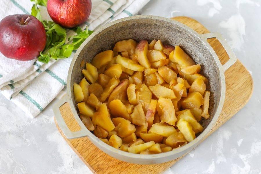 Тушите яблоки примерно 15-20 минут до мягкости, прикрыв емкость крышкой.