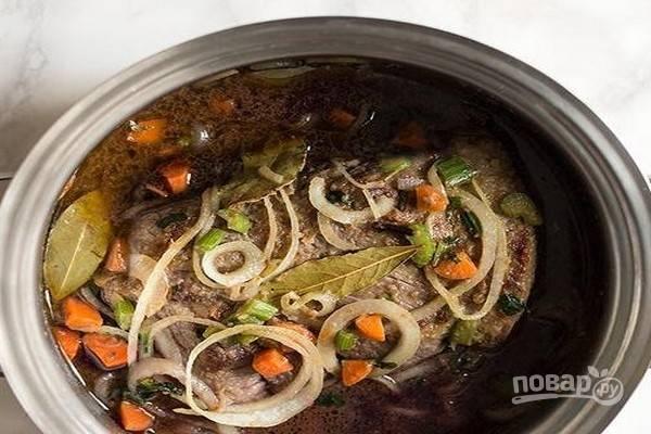 Обжаривайте мясо на умеренном огне, переворачивая время от времени, пока овощи не станут слегка сухими. Медленно влейте красное вино так, чтобы процесс кипения не прерывался.