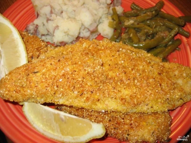 Готовую рыбу в яйце подавайте с овощами, легким гарниром или картошкой. Приятного аппетита!