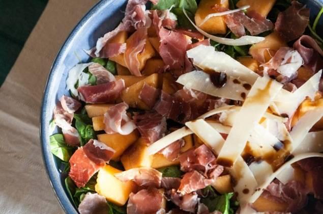 Смешиваем в салатнице ветчину, пармезан, дыню, мелко нарубленную зелень, соль, перец, оливковое масло и бальзамический уксус. Салат готов.