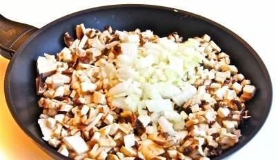 Грибы промываем и мелко нарезаем, затем обжариваем на сковороде с луком, примерно 15-20 минут.