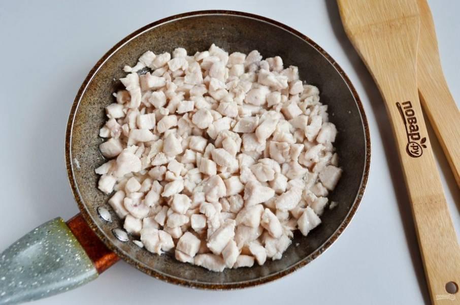 Готовое куриное мясо переложите в тарелочку, на этом  жиру продолжим жарку.