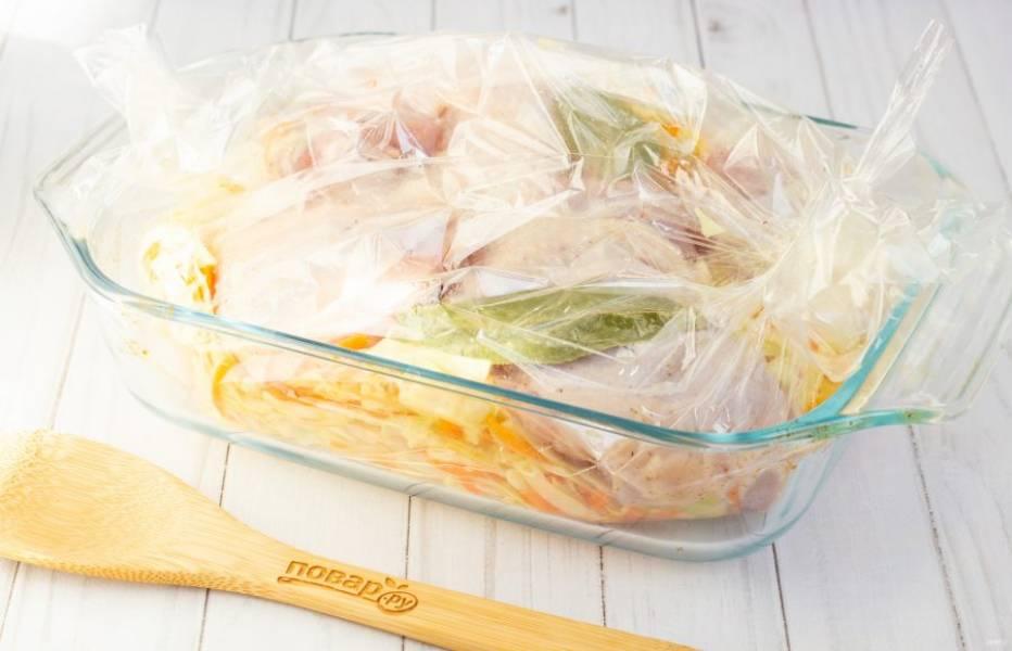 По истечении указанного времени аккуратно разрежьте пакет и уберите в духовку ещё на 10 минут, чтобы курочка сверху немного подрумянилась.