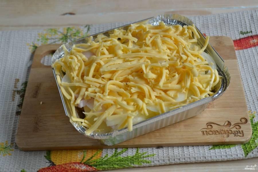Повторяйте если, пока не заполнится форма.  Слои кабачков не забудьте немного присолить. На верхний слой положите побольше сыра, чтобы получилась корочка при запекании.