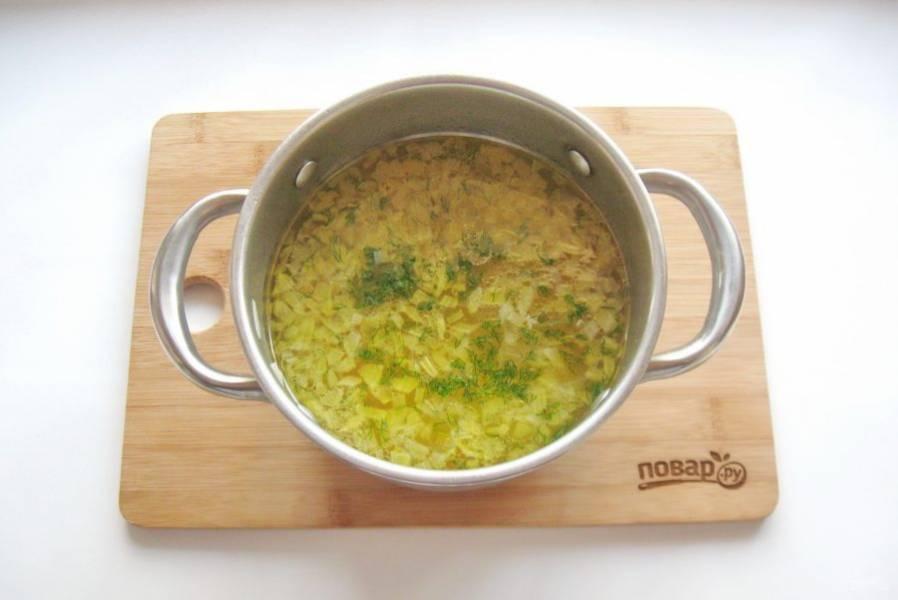 Добавьте в кастрюлю лавровый лист, соль, перец. Варите до готовности овощей. В конце добавьте в уху нарезанный укроп.