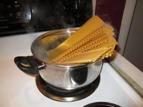 Листы лазаньи перед использованием отварите в кипятке 3 минуты и сразу опустите в холодную воду и тут же достаньте.