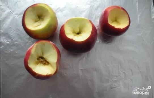 2.Тщательно промываем яблоки. В каждом ножом аккуратно вырезаем углубление, это можно делать и специальным приспособлением.