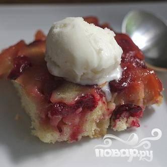 7. Подавать пирог теплым или комнатной температуры с шариком ванильного мороженого.