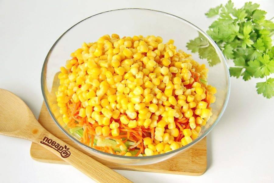 Добавьте кукурузу из банки, предварительно слив всю жидкость.