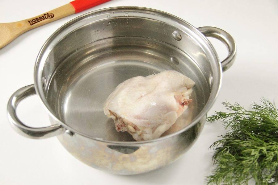 Курицу промойте, положите в кастрюлю и залейте водой. Добавьте соль и варите до готовности.